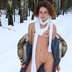 Lola showing off her naked body in the snow